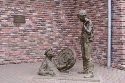 логотип компании Скульптурная композиция Дядя Яша и стажёр в Красноярске