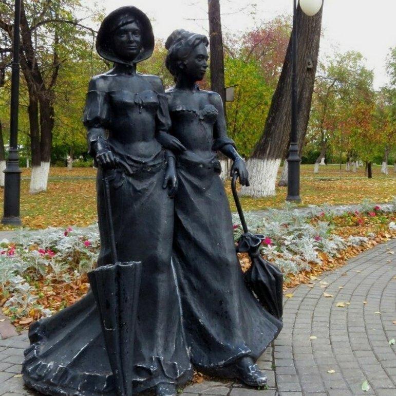 Дамы на прогулке,Памятник, скульптура,Тюмень
