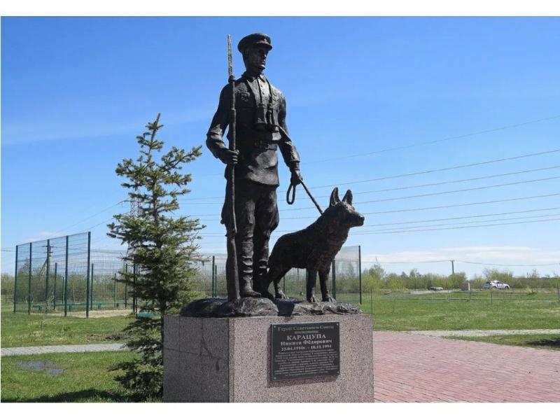 Памятник Герою Советского Союза полковнику Н. Ф. Карацупе,Памятник, скульптура,Тюмень