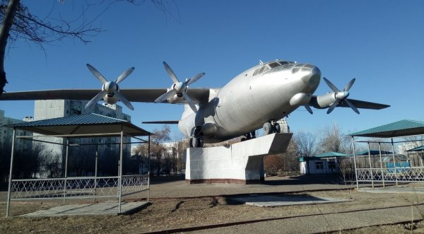 Самолет АН-12,Памятник,Байконур