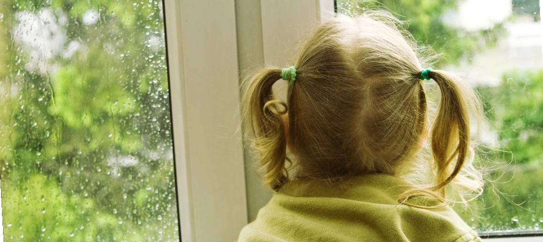 Маленькая девочка выпала из окна в Шахтинске
