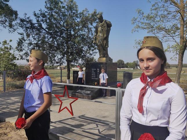В Азовском районе состоялось открытие отреставрированного памятника павшим героям.