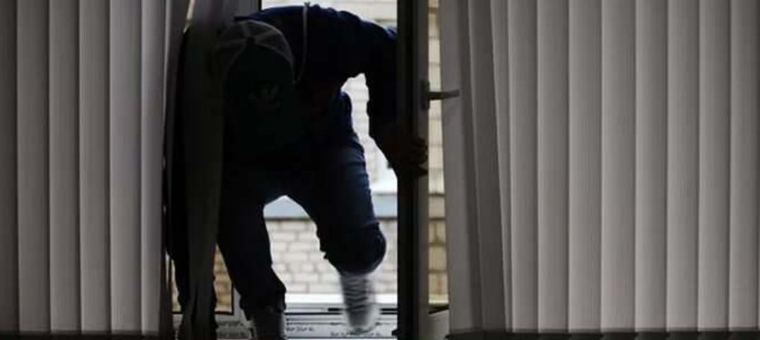 Грабитель через балкон проник в квартиру и напал на спящего хозяина в Шахтинске