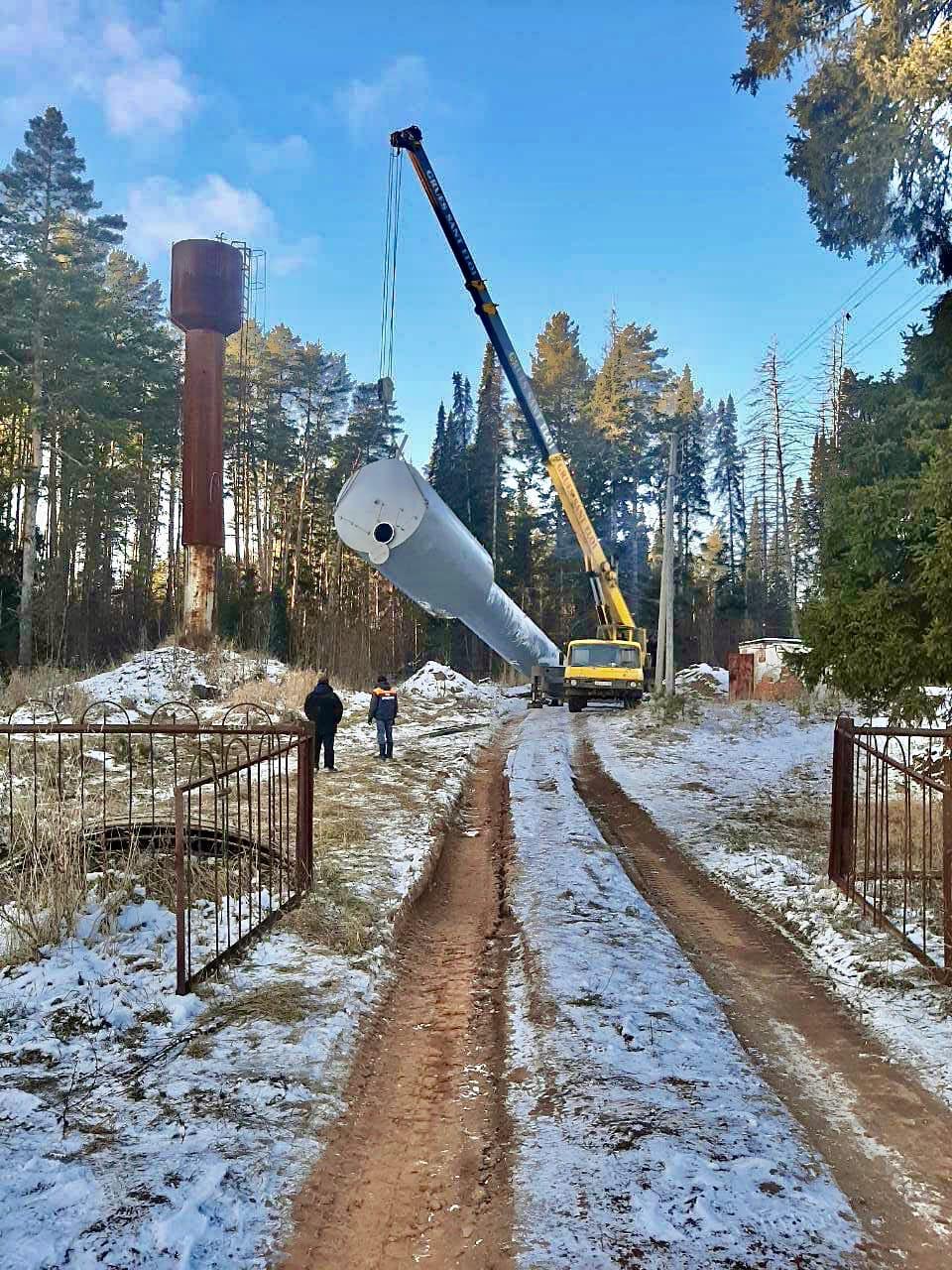 На переулке Чапаева Красного поселка города Можги продолжается установка водонапорной башни.