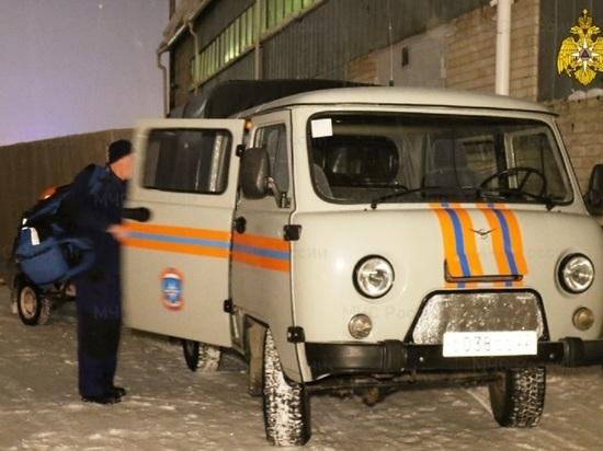 фото Алтайские спасатели проникли в запертую квартиру, чтобы спасти больного мужчину