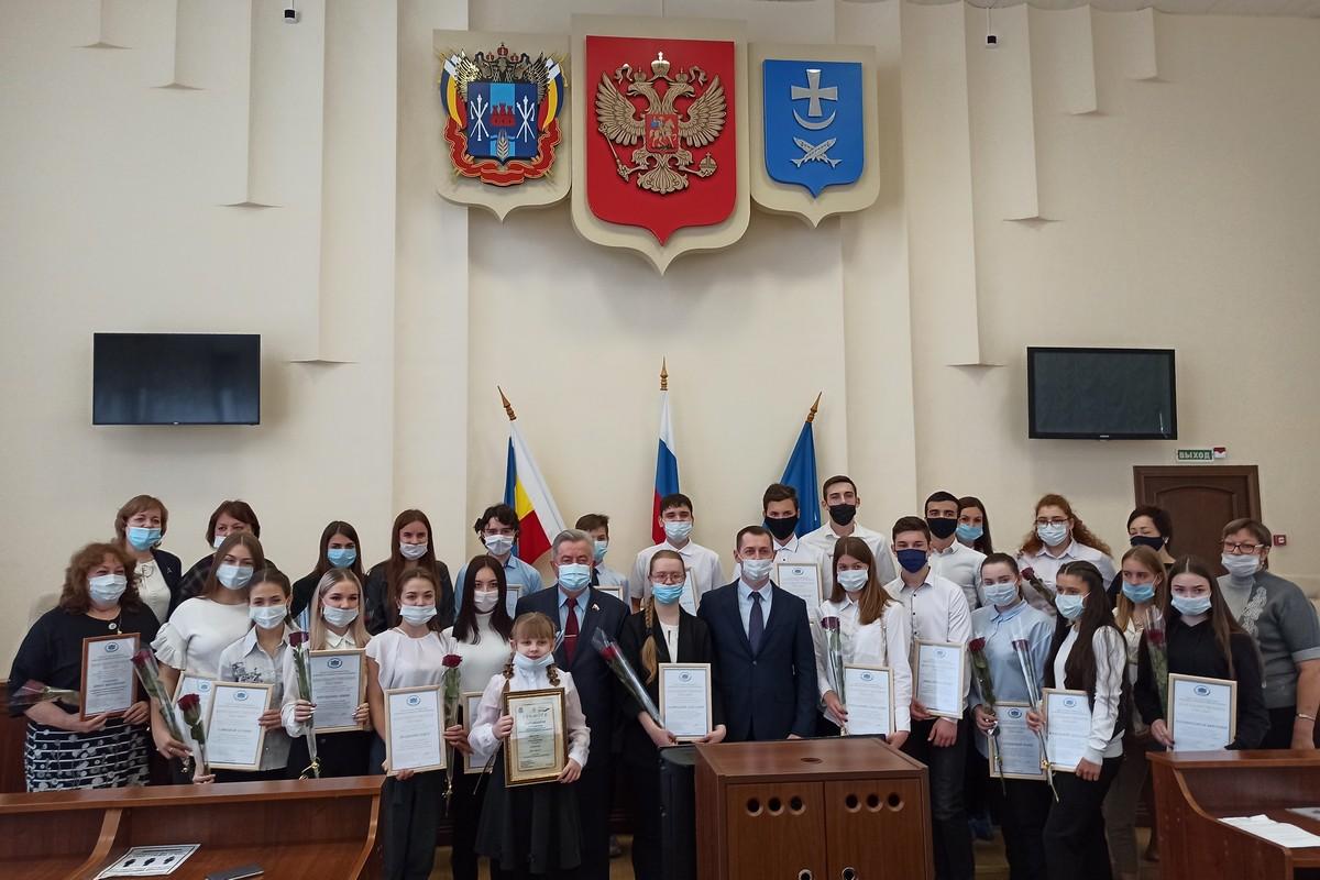 В Азове наградили призеров конкурса сочинений «День Победы в истории моей семьи»