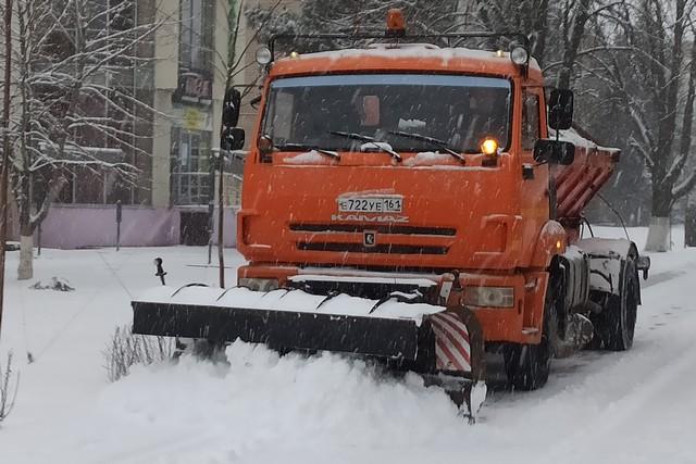 Азовские коммунальщики задействованы в расчистке города от снега