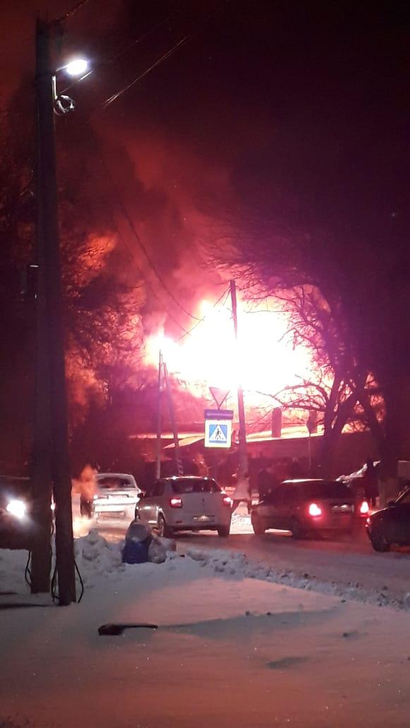 В Азове полностью сгорел частный дом в районе Центрального  рынка