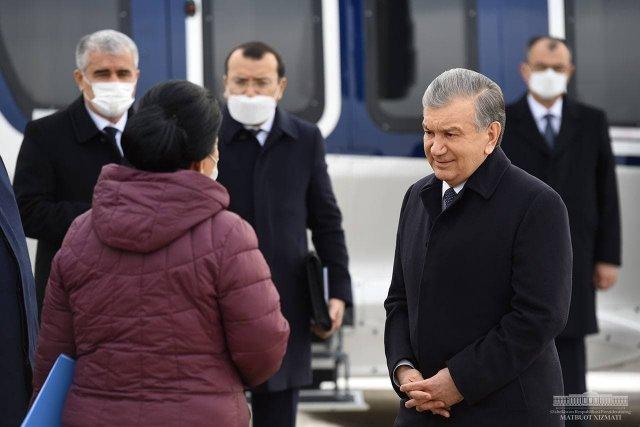 Президент Шавкат Мирзиёев по прибытии в Бухарскую область отправился на вертолете в Алатский район