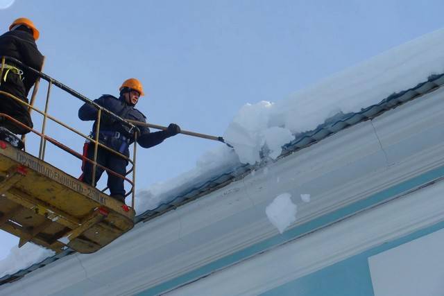 Управляющим компаниям г Азова необходимо обратить внимание на расчистку крыш от снега