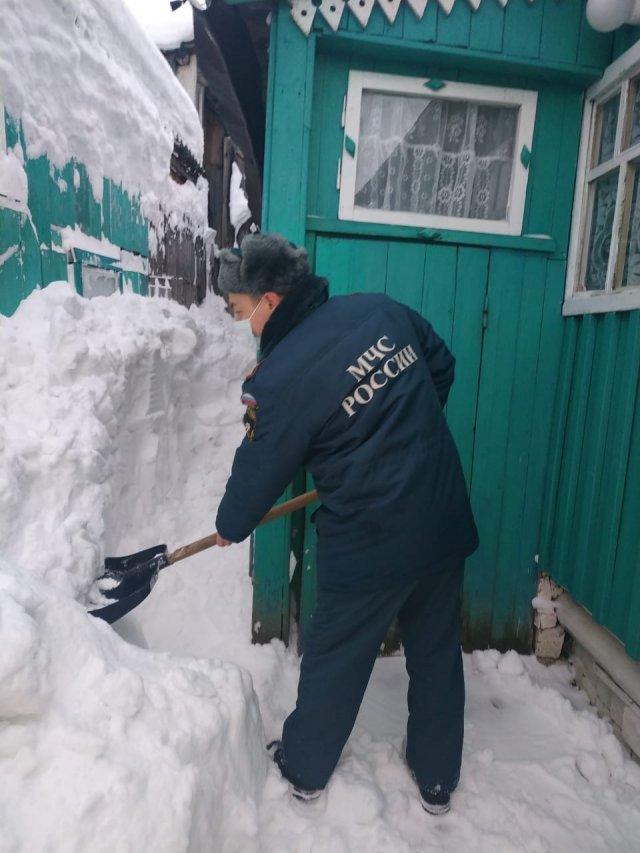 Спасатели в Можге вызволили пенсионерку из снежного плена.