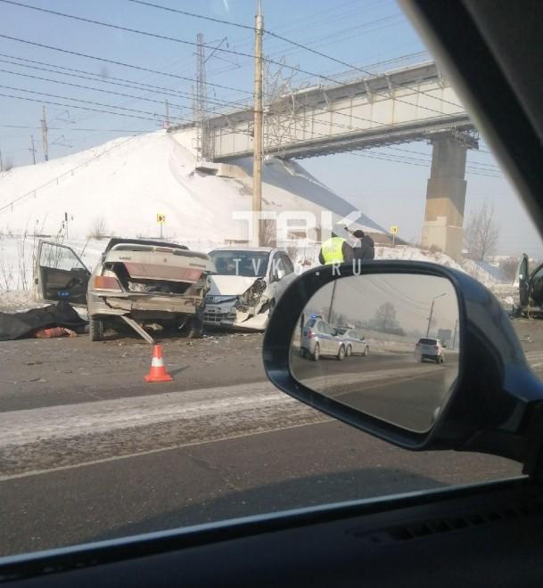 На выезде из Красноярска столкнулись три авто: один из водителей скончался на месте