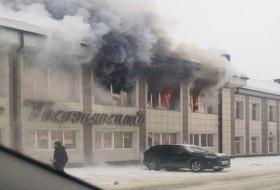 В Горно-Алтайске загорелся крупный торговый центр
