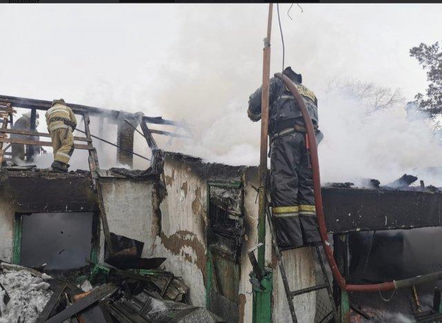 В пожаре Шахтинска сгорел двухквартирный жилой дом.