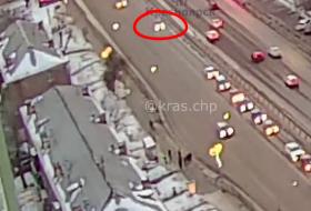 «Взлетели все на воздух , был сильный удар»: в Красноярске автомобиль влетел в остановку в людьми