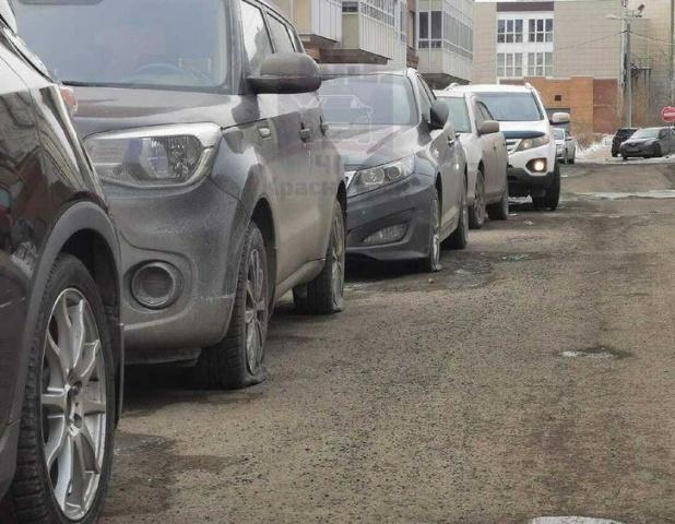 В Красноярске хулиганы порезали ножом колеса всех машин на парковке