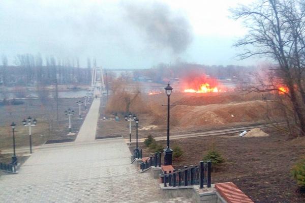 У подвесного моста в Азове тушили большой пожар