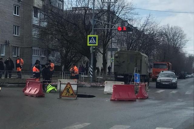 Движение транспорта по переулку Черноморскому приостановлено до устранения аварийной ситуации