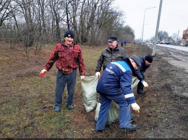 На первом весеннем в этом году субботнике азовчанами было собрано более ста мешков мусора.
