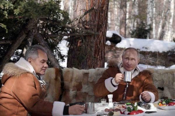 В сети появилось видео с отдыха Путина и Шойгу в Хакасии, где они катаются на вездеходе и гуляют