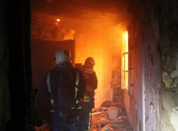 В Азове горел частный дом - Пожарные спасли четверых человек из огня
