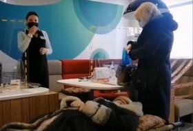 Чтобы пожилая женщина получила пенсию, ее принесли на носилках в банк