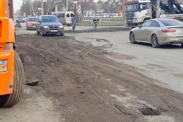 В Азове ямы на дороге ремонтируют землёй