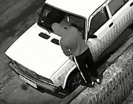 Неизвестные вскрывали чужие машины и крали аккумуляторы