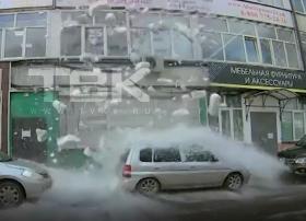 На автомобиль упала снежная глыба в Красноярске и повредила его