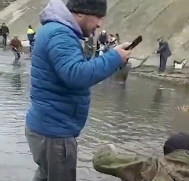 Подборка - В Ростове рыбаки собирают улов на Северном водохранилище (26.03)