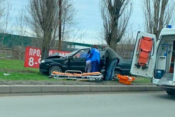 В Азове водитель  врезался в дерево, на место ДТП прибыли две бригады «скорой помощи»