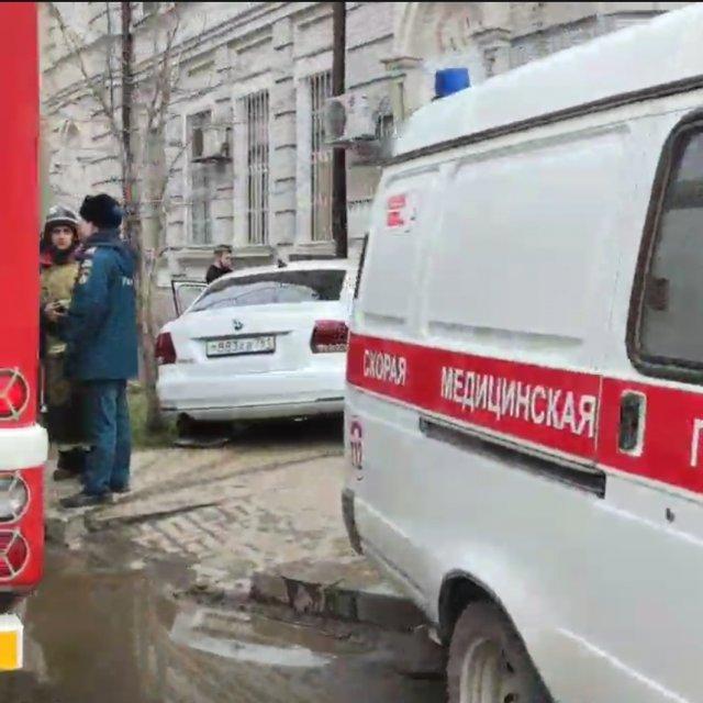 В Ростове иномарка врезалась в стену дома