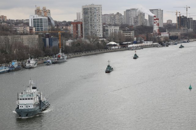 (Фото) Вдоль ростовской набережной по Дону прошёл отряд кораблей Каспийской флотилии