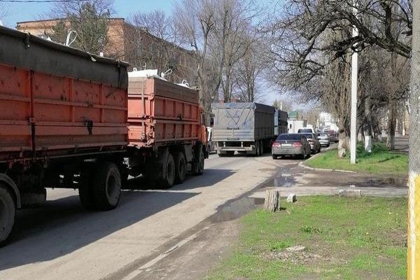 По центру Азова вновь начали ездить зерновозы