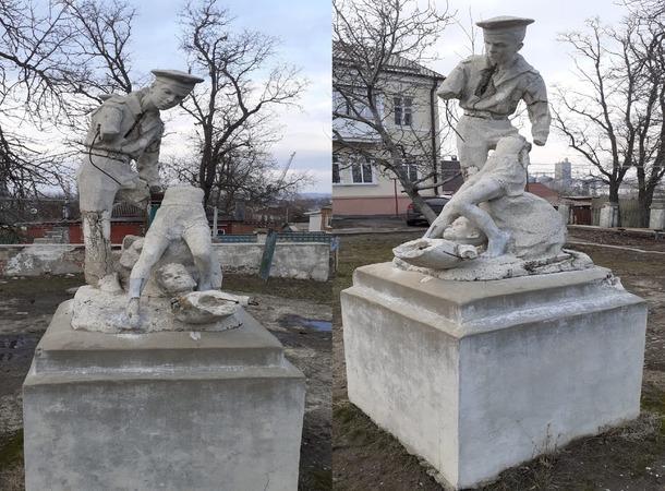 В одном из дворов Азова разрушился памятник мальчишкам-пионерам.