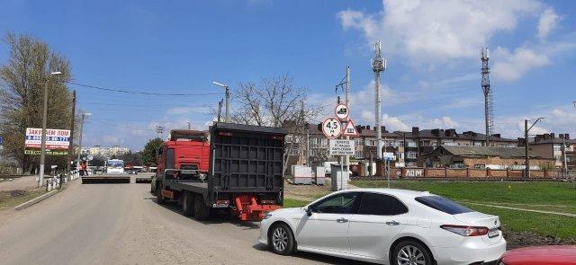 Перекрытая дорога, большегрузы по центру Азова . Пламенный привет депутату...