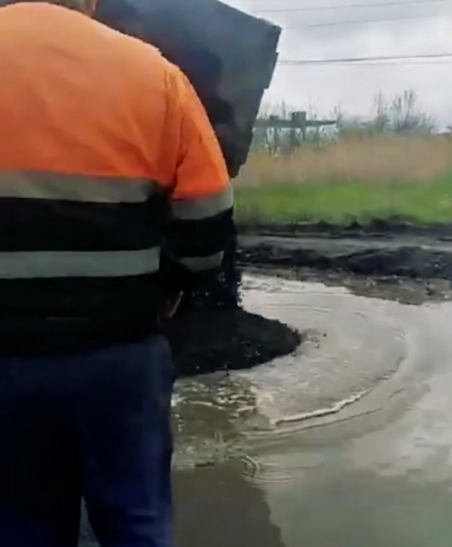Покажите Окуневу это видео . Вот так дорожники Ростовской области укладывают асфальт.