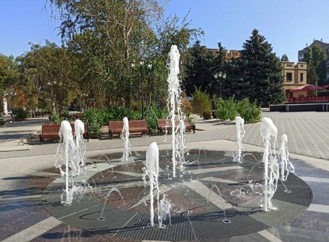 Коммунальщики проверяют техническое состояние плоскостного фонтана на Петровском бульваре.