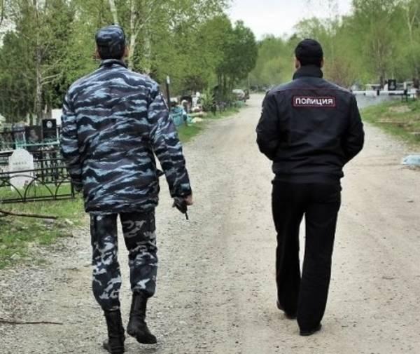 В Ростовской области сотрудники уголовного розыска задержали банду, которая совершила более 30 краж надгробий с городского кладбища.