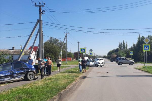 В селе Пешково Азовского района в ДТП пострадали женщина с 4–летней внучкой