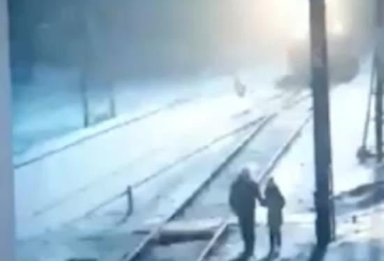 Жителя Красноярского края обвинили в смерти 9-летней дочери под поездом