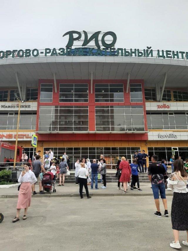 В Ростове сегодня эвакуировали всех посетителей ТЦ Рио ,неизвестный сообщил о минировании здания и потребовал $2 млрд.