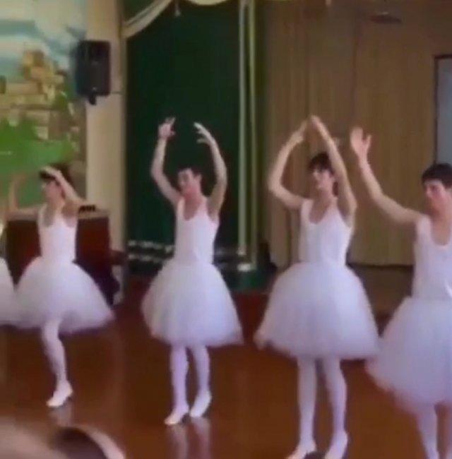В Дагестане школьники из лицея №8 Махачкалы станцевали в балетных пачках на последнем звонке и подверглись травле.
