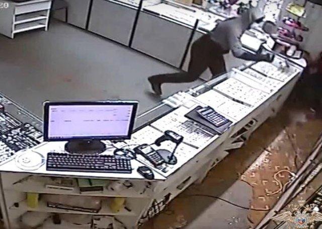 Опубликовано видео ограбления: в Ростовской области задержали подозреваемых в вооруженном налете на магазин