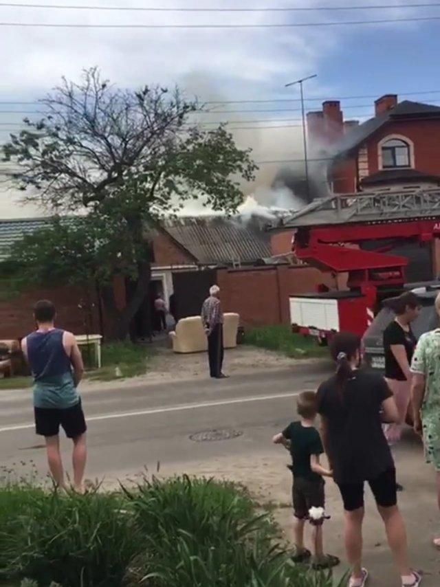 В Азове на Осипенко пожар в частном секторе , а вчера сгорела мини–пекарня