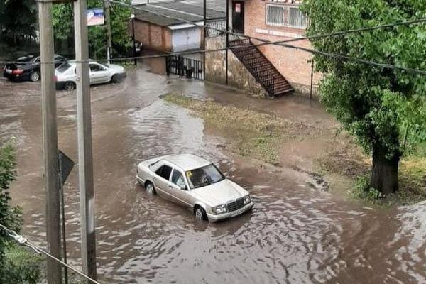 Администрация Азова рассказала, почему ливень привёл к потопу
