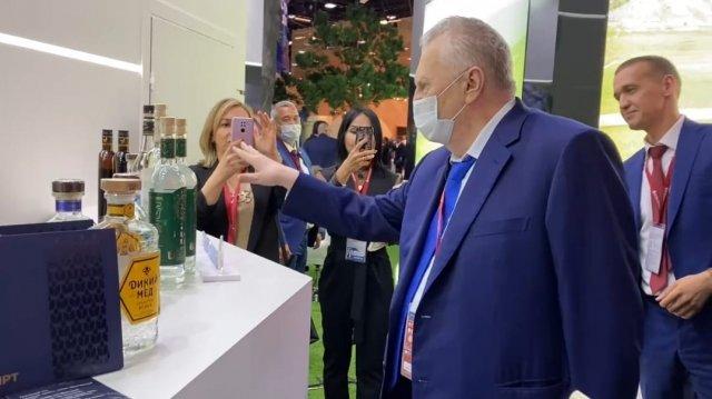 Жириновский обчистил стенд «Башспирта» на петербургском форуме.