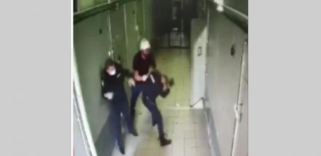 Появилось видео как задержанный напал на сотрудников конвойной службы в Ростовской области