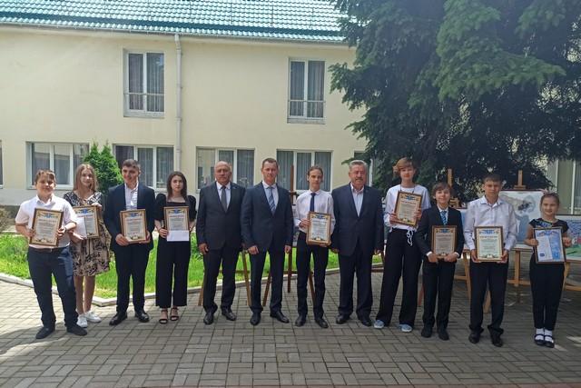 В Азове наградили талантливых подростков