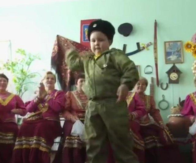 В Ростовской области казачонок научился самостоятельно владеть казачьим оружием.